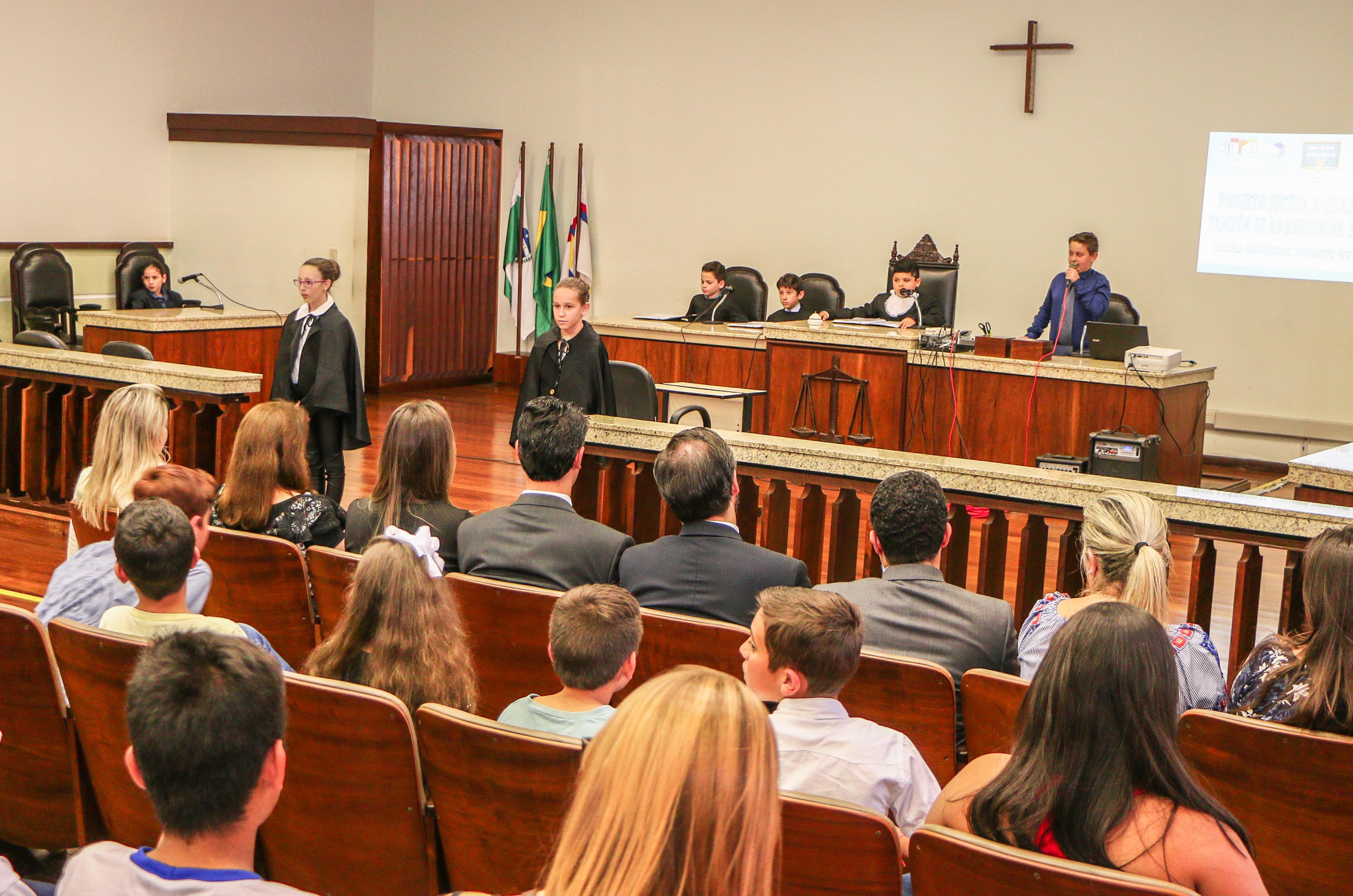 Alunos fazem júri simulado no fórum de Apucarana