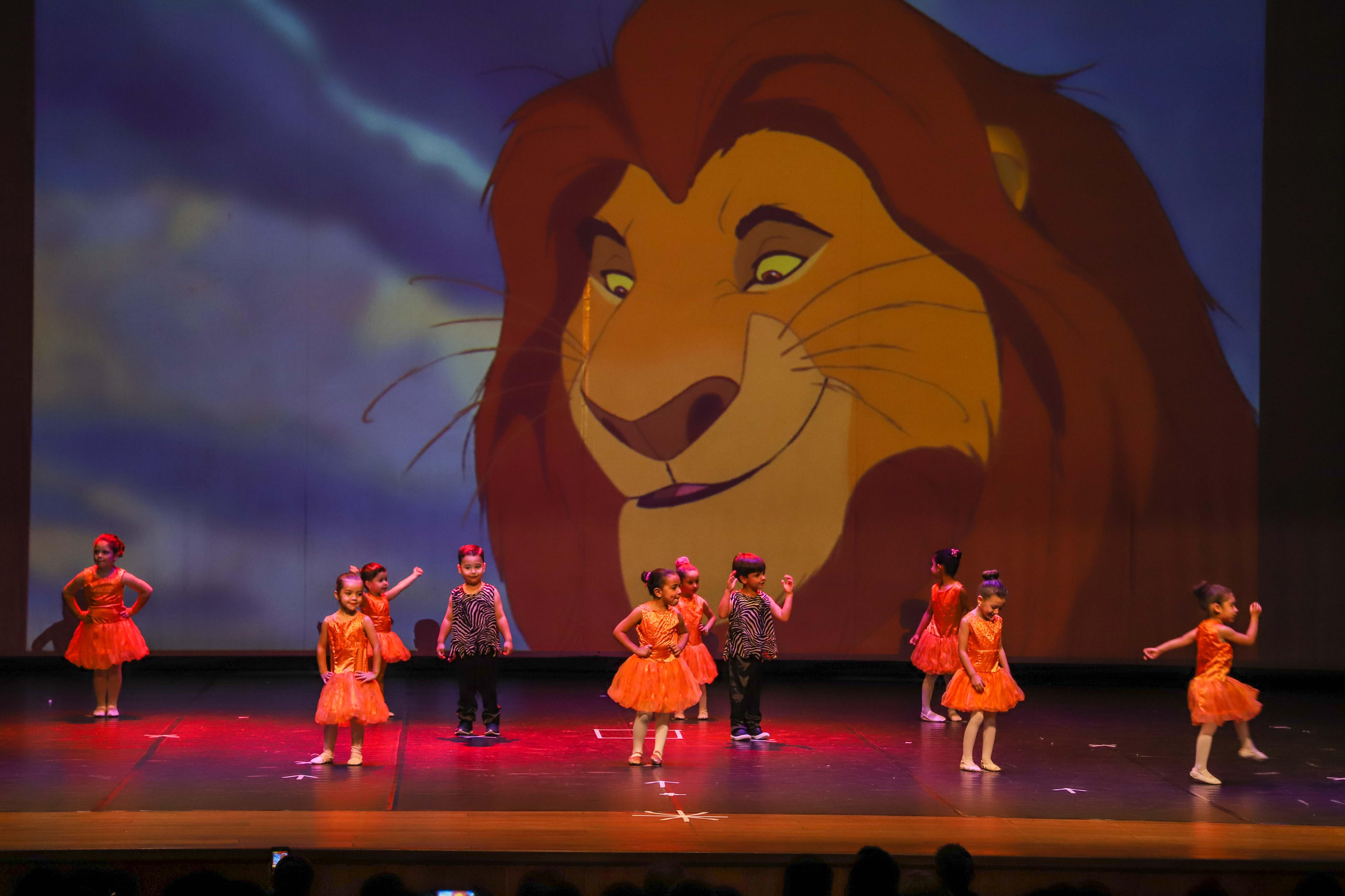 Alunos fazem apresentações de dança baseadas em clássicos do cinema