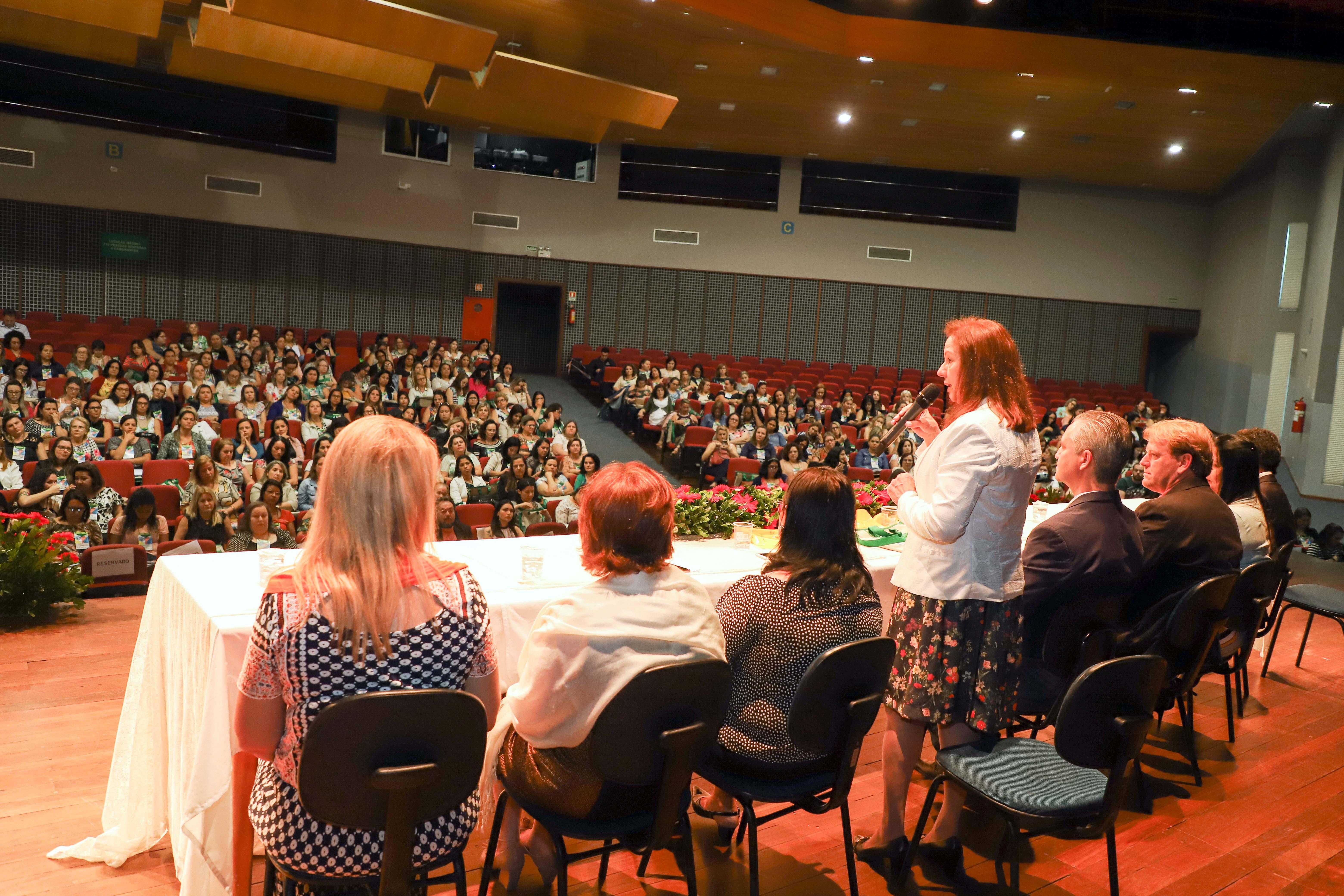 Professores de Apucarana participam de Fórum Interestadual da Educação