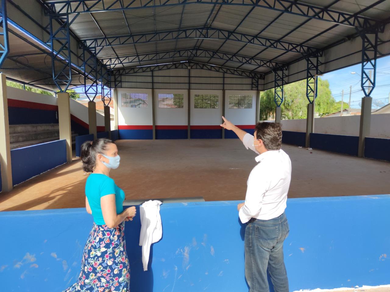Prefeito vistoria construção de quadra esportiva em escola do Núcleo Dom Romeu Alberti